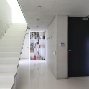 Schody w domu. Projekt: Hanna i Seweryn Nogalscy, Beton House. Fot. Bartosz Jarosz