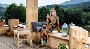 Zbudowała dom z drewnianych bali w cichej, spokojnej Zawoi, gdzie budzą ją ptaki, a poranną kawę umila widok na Babią Górę. Ewa Wachowicz tu odpoczywa, pracuje i po prostu spędza każdą wolną chwilę. <br /><br />
