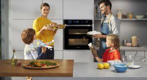 Piekarnik Dual Cook Flex™ to wyjątkowe urządzenie, które wyróżnia się dzielonymi drzwiami Flex Door. Może być otwierany w całości lub do połowy. Dzięki temu innowacyjnemu rozwiązaniu możliwe jest przygotowanie dwóch zupełnie różnych da