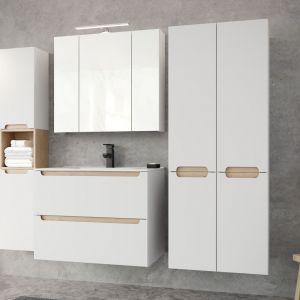 Kolekcja modułowa Stilla to białe, lakierowane na wysoki połysk szafki z dekoracyjnymi blendami w kolorze buku truflowego. Fot. Ø NAS