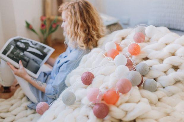 """Przytulne wnętrza to takie, w których czujemy się dobrze i do których chcemy wracać. Na ich """"przytulność"""" wpływa wiele czynników – a wśród nich kolorystyka, wykorzystane tkaniny i materiały oraz oświetlenie."""