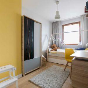 Z czasem żółta ściana przestanie się dziewczynce podobać? Przemalowanie jej na inny kolor to żaden problem. Można też wymienić poduszki i dodatki dekoracyjne, co wykreuje zupełnie inny klimat wnętrza, dostosowany do nowych upodobań mieszkanki. Fot. Pracownia Architektoniczna MGN  .