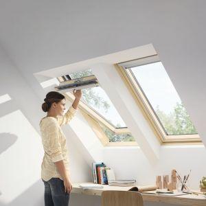 Trzyszybowe okno dachowe GLL. Dostępne są w dwóch wersjach otwierania: uchwyt w górnej części skrzydła lub elegancka klamka na dole (typ B). Posiadają współczynnik przenikalności ciepła Uw równy 1,1 (W/m2K), a specjalna konstrukcja szyby zapewnia wysoki stopień pozyskania energii słonecznej z otoczenia. . Fot. Velux