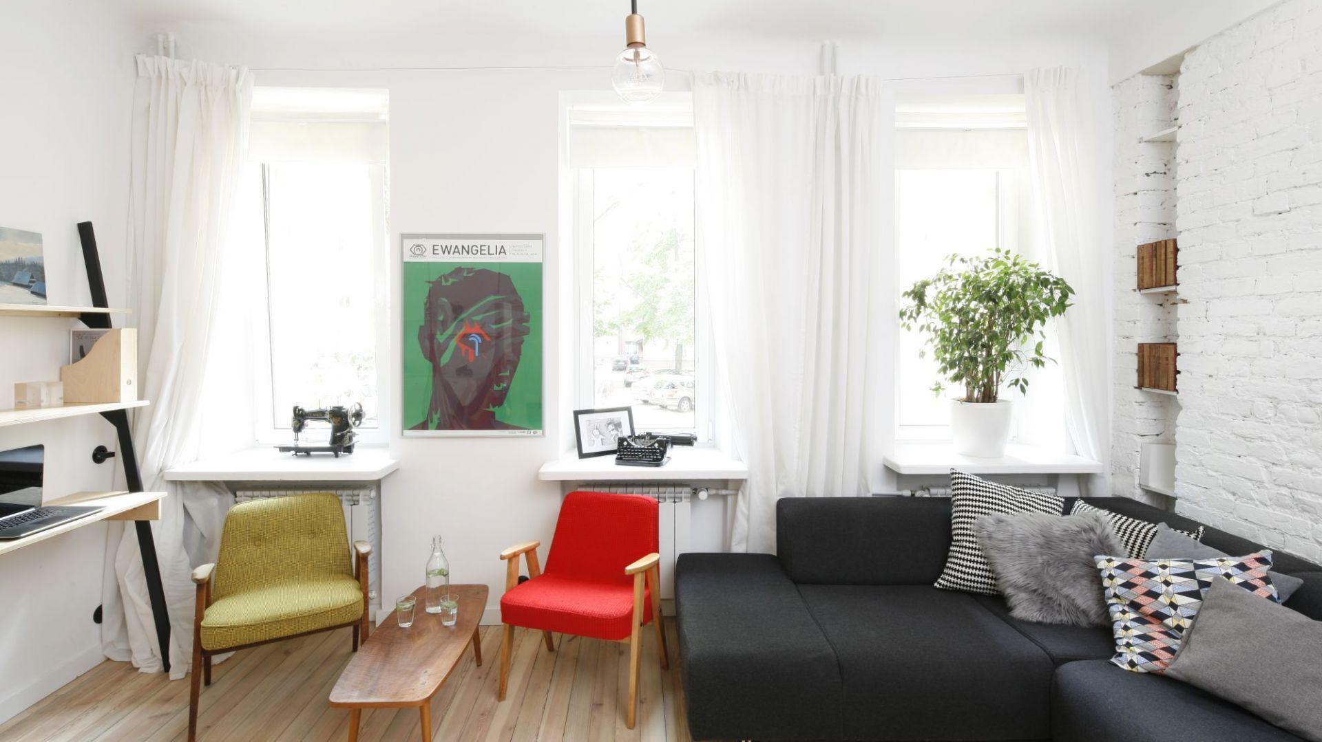 Zasłony w salonie - doskonały sposób na dekorację okna. Projekt Ewelina Pik, Maria Biegańska. Fot. Bartosz Jarosz