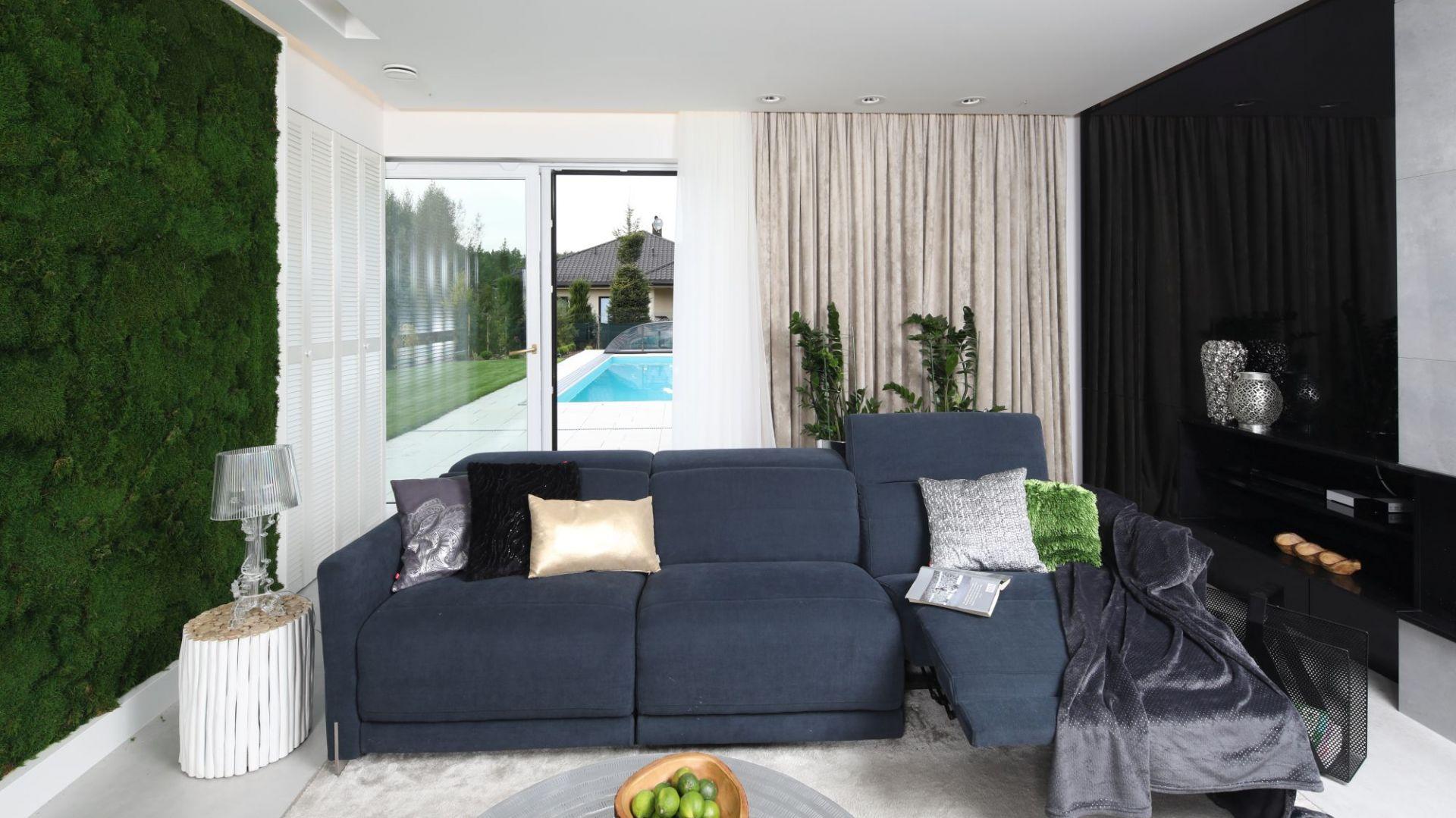 Zasłony w salonie - doskonały sposób na dekorację okna. Projekt Dariusz Grabowski. Fot. Bartosz Jarosz