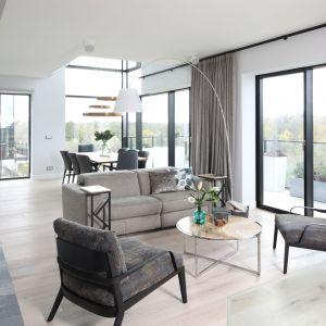 Zasłony w salonie - doskonały sposób na dekorację okna. Projekt Magdalena Lehmann. Fot. Bartosz Jarosz