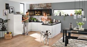 Aneks kuchenny to rozwiązanie często kojarzone z jednorzędową zabudową meblową w małym mieszkaniu w bloku. Nic jednak bardziej mylnego. Kuchnię połączoną z salonem można bowiem urządzić na wiele sposobów.
