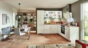 Aneks kuchenny to rozwiązanie często kojarzone z jednorzędową zabudowa meblową w małym mieszkaniu w bloku. Nic jednak bardziej mylnego. Kuchnię połączoną z salonem można bowiem urządzić na wiele sposobów.