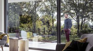Coraz częściej sięgamy poduże okna, które świetnie wpisują się w nowoczesne trendy. Pozwalają także cieszyć się sporą dawką naturalnego światła w domu.