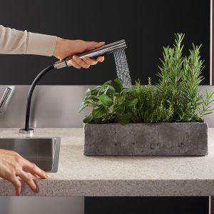 Wyciągany zestaw spłukujący do kuchni łączy wyrafinowany design z profesjonalną funkcjonalnością. Głowica prysznicowa może być łączona ze wszystkimi liniami wzorniczymi marki. Dostępny w ofercie firmy Dornbracht. Fot. Dornbracht