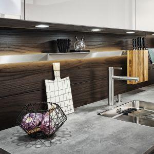 Efektowne relingi w kuchni Sirius | Ikono | Synthia nie tylko pozwalają maksymalnie wykorzystać ścianę nad blatem, ale też dzięki oświetleniu LED doświetlają strefę roboczą. Rozwiązanie dostępne w ofercie firmy Leicht. Fot. Leicht