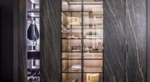 Drzwi z frontami ze spieków ceramicznych oraz pokryte skórą to nowe rozwiązania stosowane do wykończeń drzwi przesuwnych w szafach i garderobach.