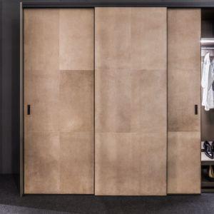 Zastosowanie naturalnej skóry na froncie szafy. Produkty dostępne w ofercie firmy Raumplus. Fot. Ernest Wińczyk