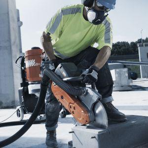 Najnowsze badania dowodzą, że pył budowlany, który powstaje w procesie cięcia, wiercenia i szlifowania betonu, cegieł oraz podobnych materiałów budowlanych jest jeszcze bardziej szkodliwy dla zdrowia niż azbest. Fot. Husqvarna
