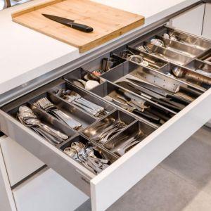 Szafka na sztućce, która pozwoli na utrzymanie porządku w kuchennych szufladach i zapewnia sporo miejsca. Rozwiązanie dostępne w ofercie firmy Kam. Fot. KAM