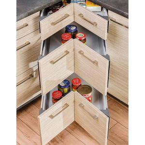 Tradycyjną szafkę narożną można zastąpić specjalnie wyprofilowanymi szufladami. Zyskamy sporo miejsca na przechowywanie. Rozwiązanie dostępne w ofercie firmy Kam. Fot. Kam