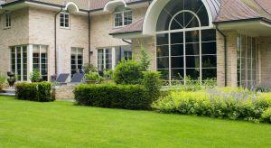 Projekty domów w wiejskim stylu czerpią inspiracje z natury, a proste bryły wyróżniają charakterystyczne detale – między innymi okna. Jak wybrać stolarkę okienną do domu w stylu rustykalnym?