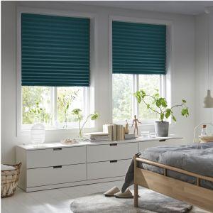 Żaluzję plisowaną Sommar można przymocować do ramy okna bez wiercenia i łatwo przyciąć do pożądanego rozmiaru. Fot. IKEA