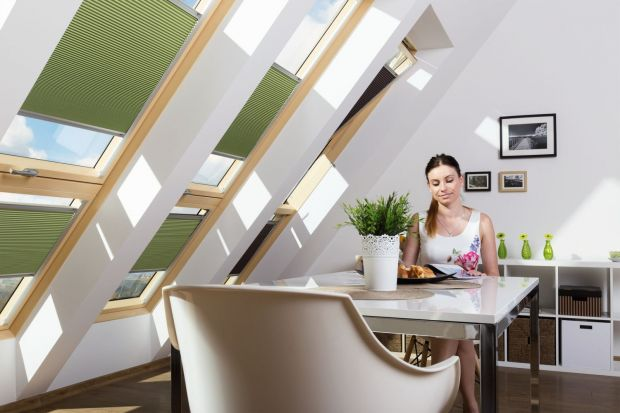 Upalne lato może dać się we znaki domownikom i odbić na domowym budżecie. Przed nadmiernym słońcem można się jednak chronić sięgając po odpowiednie okna i akcesoria okienne.
