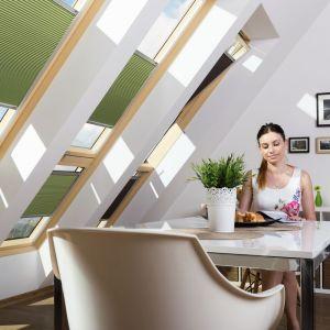 Roleta plisowna APF to połączenie dekoracji i ochrony przed słońcem; opcja tkaniny o strukturze plastra miodu z wewnętrzną powłoką aluminiową zapewnia zaciemnienie i poprawę izolacyjności. Fot. Fakro