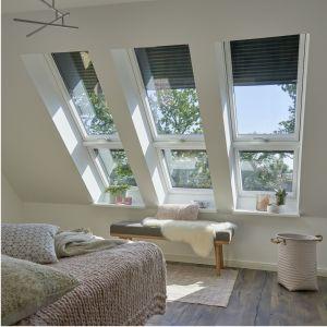 Roleta zewnętrzna VELUX zapobiega nagrzewaniu się pomieszczeń, redukując ilość wpadającego ciepła nawet o 94%. Dodatkowo, gwarantuje całkowite zaciemnienie i chroni przed hałasem z zewnątrz; w wersji manualnej, sterowanej elektrycznie lub solarnej. Fot. Velux