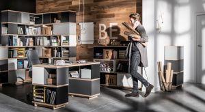 Pierwszy krok na drodze do nowego biura? Wymiana starych i zużytych mebli. Zakup praktycznych szafek, ergonomicznych biurek czy krzeseł znacząco poprawi jakość i organizację przestrzeni.