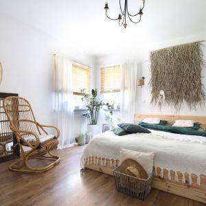 W pomalowanej na biało sypialni centralne miejsce zajmuje łóżko z Ikei. Projekt: Justyna Majewska, Biały Domek Home Decor Justyna Majewska. Fot. Bartosz Jarosz