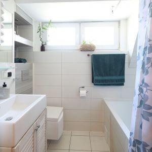 Białe płytki i nieduże okno wprowadzają do niewielkiej łazienki nieco przestrzeni i światła. Projekt: Justyna Majewska, Biały Domek Home Decor Justyna Majewska. Fot. Bartosz Jarosz