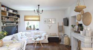 Biały domek to nazwa fanpage'a Justyny Majewskiej z Gliwic i jednocześnie kwintesencja całego wystroju wnętrza. Biel uzupełnia drewno, wiklinowe dekoracje i dodatki. Spotkamy tu zaskakujące połączenia starych i nowoczesnych mebli oraz ciekawie zes