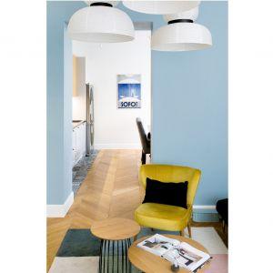 Niebieski kolor ścian oraz dekoracyjne plakaty wnoszą nadmorski klimat do wnętrz. Projekt: Anna Maria Sokołowska. Fot. Paweł Mądry