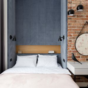 Welurowa szara tapicerka nad łóżkiem dodaje przytulności wnętrzu. Projekt: Anna Maria Sokołowska. Fot. Paweł Mądry