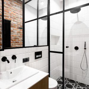 Funkcjonalne zaaranżowanie małej i nieustawnej łazienki dla gości z prysznicem było jednym z priorytetów. Projekt: Anna Maria Sokołowska. Fot. Paweł Mądry