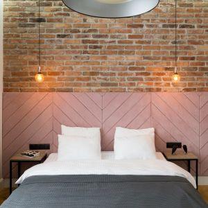 W sypialni na różowym welurowym zagłówku pojawia się motyw jodełki. Projekt: Anna Maria Sokołowska. Fot. Paweł Mądry