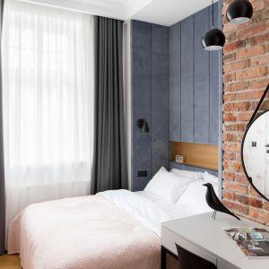 W sypialni z łazienką motyw różu pojawia się na ścianie z tapetą we flamingi. Projekt: Anna Maria Sokołowska. Fot. Paweł Mądry