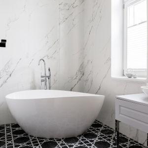 Łazienka główna z wanną wolnostojącą i czarno białą mozaiką na podłodze. Projekt: Anna Maria Sokołowska. Fot. Paweł Mądry