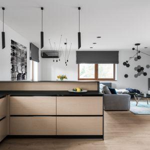 Od strony salonu kuchnię przesłania długi półwysep mogący służyć jako domowy bar dla czterech osób. Projekt: Estera i Robert Sosnowscy. Fot. FotoMohito