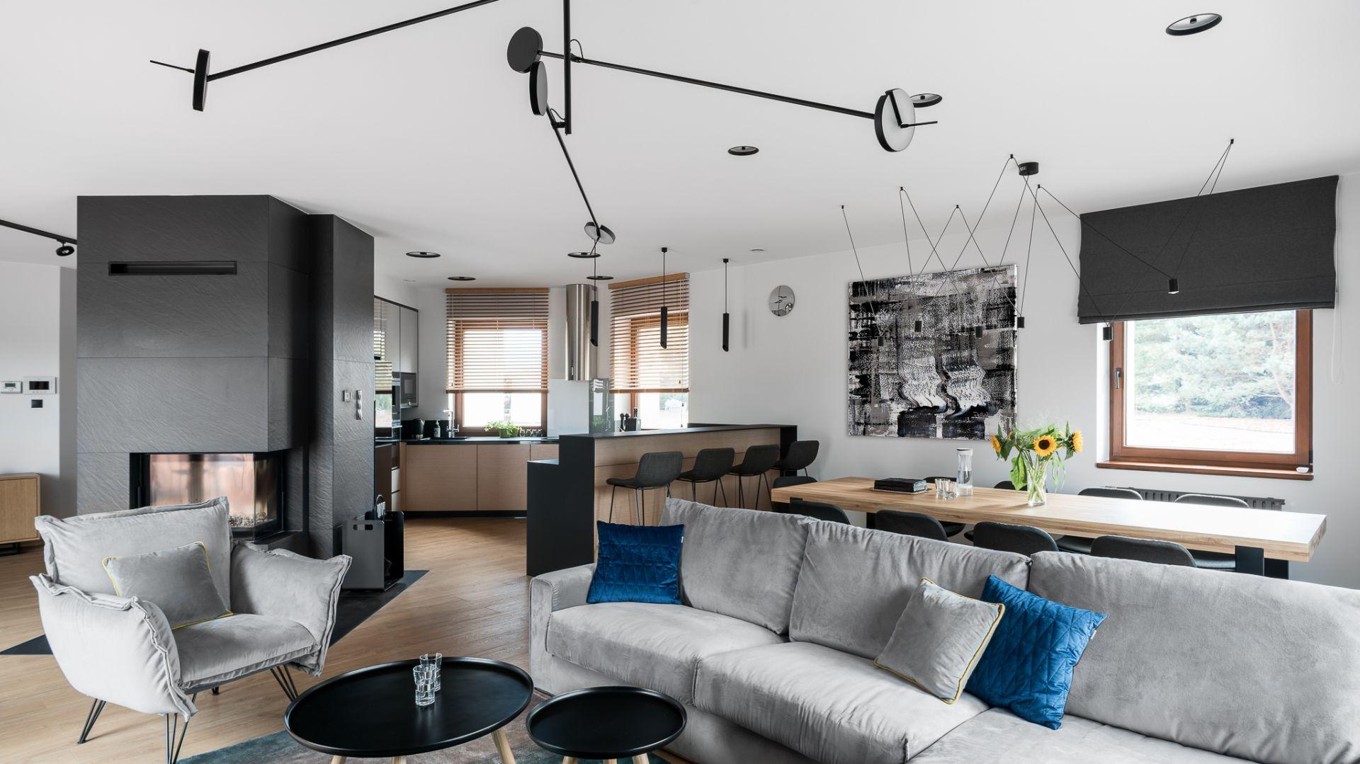 Kuchnię od strony salonu przesłania długi półwysep mogący służyć jako domowy bar dla czterech osób.Projekt: Estera i Robert Sosnowscy. Fot. FotoMohito