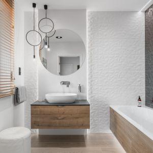 Przestrzenne wzory dodają dynamiki aranżacji łazienki. Projekt: Estera i Robert Sosnowscy. Fot. FotoMohito