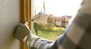Okres zimowy to szczególnie wymagający czas dla okien i drzwi w naszych domach i mieszkaniach. Narażone są one wówczas na działanie niskich temperatur, silnego wiatru oraz intensywnych opadów atmosferycznych.