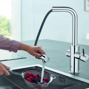 Bateria kuchenna z wyciąganą wylewką Blue Home Pullout Connected sterowana przez aplikację w smartfonie, dostarcza smaczną i przefiltrowaną wodę niegazowaną, lekko gazowaną i gazowaną. Dostępna w ofercie firmy Grohe. Fot. Grohe