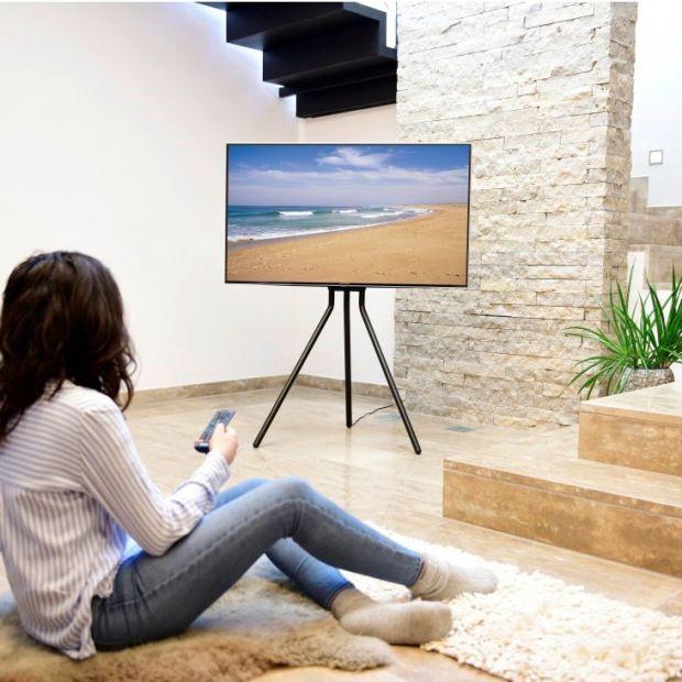 Salon w stylu industrialnym - designerski stojak pod telewizor