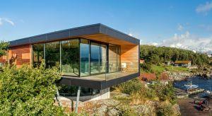 Dom na norweskiej wyspie Karmøy harmonijnie wpisuje się w naturalny fiordowy krajobraz zarówno od wewnątrz, jak i od zewnątrz.
