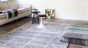 W nowej kolekcji belgijskiej firmy dominują minimalistyczne, stonowane kolorystycznie dywany, często o płaskich, fakturowych splotach – idealne do współczesnych wnętrz – zarówno tych nowoczesnych, jak minimalistycznych, utrzymanych w stylu skan