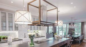 Rezydencja na warszawskim Wilanowie urzeka harmonijnymi wnętrzami i klasyczną elegancją. Dbałość o detale, szlachetne materiały i precyzja w realizacji projektu pozwoliły stworzyć przestrzeń, która trafia w nawet najbardziej wyrafinowane gusta.
