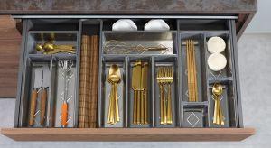 Urządzając kuchnię coraz częściej rezygnujemy z tradycyjnych szafek na rzecz bardziej poręcznych szuflad. Systemy te są bowiem znacznie bardziej wygodne – gwarantują łatwiejszy dostęp do przechowywanych produktów.