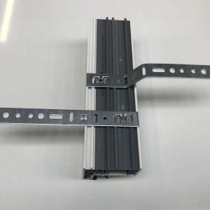 Akcesoria ułatwiające montaż okien – kotwy przeznaczone do systemów Salamander . Fot. MS więcej niż Okna