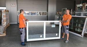 Nawet najlepsze okna mogą stwarzać kłopoty jeżeli zostaną źle zamontowane. Przenikanie zimna i wilgoci, rozwój grzybów, wypaczenie profili… to kilka z możliwych konsekwencji. Dlatego producenci wprowadzają szereg akcesoriów przydatnych przy m
