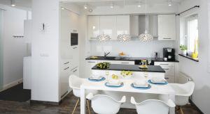 Białe kuchnie wciąż są popularne. Z prostej przyczyny: to rozwiązanie na lata. Kuchnia w białym kolorze jest nie tylko ponadczasowa, ale również z łatwością poddaje się aranżacyjnym zmianom.