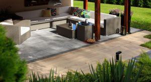 Deska Lira to połączenie trwałości i odporności betonu z wyglądem naturalnego drewna. Jej faktura doskonale odwzorowuje wszystko to, co jest w nim najpiękniejsze, czyli słoje oraz sęki.