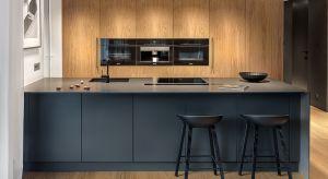 O tym jak bardzo jesteśmy przywiązani do naturalnych materiałów może świadczyć popularność kuchni fornirowanych. Co nie jest w kontrze z aktualnymi trendami, ponieważ kuchnia wykończona w drewnie doskonale wpisuje się we współczesne wnętrza